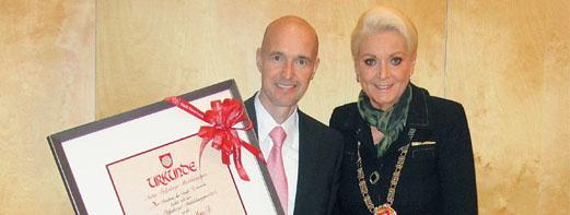 Roland Bittermann (Geschäftsführer der DrinkStar GmbH) erhält den begehrten Ausbildungspreis der Stadt Rosenheim durch die Oberbürgermeisterin Gabriele Bauer.
